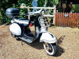 Retro style 125cc scooter black &white with Orange stripes, Mint condition