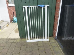 Good condition, Lindam white stair or door child safety gate