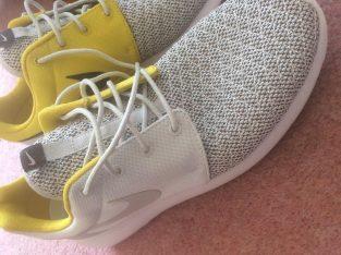 Brand new Nike Roshe mens size 9 in Rare gold colour