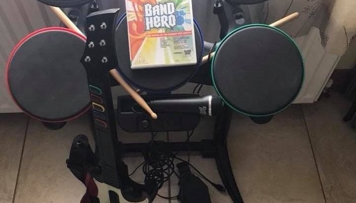 Excellent condition Wii Bamd Hero game with drums, guitar and microphone