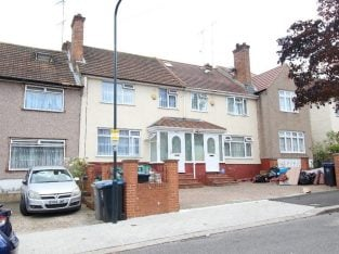 5 BEDROOM LARGE EXTENDED HOUSE WITH 2 CAR DRIVE NEAR GOOD TRANSPORT, SHOPS, SCHOOLS & PARK