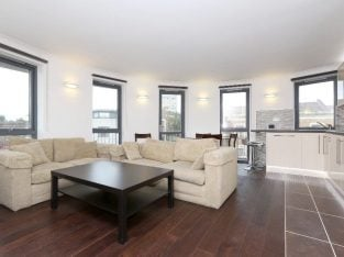 Recently renovated Three Double Bed/Three Bathroom Penthouse With Private Terrace, Parking and Gym, Close to Canonbury